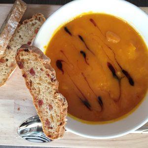 Glutenfreies helles Brot von Lidl mit Kürbissuppe