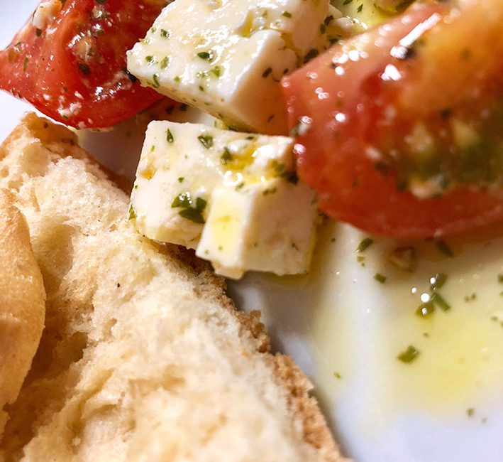 laktosefreier Hirtenkäse mit Tomaten